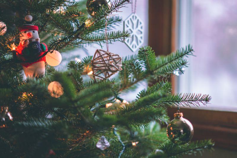 Aká je ideálna dĺžka svetelnej reťaze na vianočný stromček?